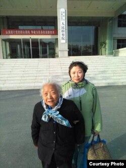 于世文的母亲和姐姐等待于世文的获释