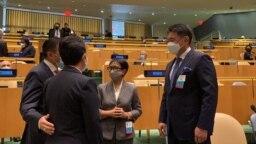 Menteri Luar Negeri Indonesia Retno Marsudi (kedua dari kanan) tampak berbincang dengan perwakilan negara lain dalam pembukaan Sidang Majelis Umum PBB yang ke-76 di New York, AS, pada 21 September 2021. (Foto: Kementerian Luar Negeri Indonesia)