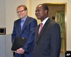 Greg Carr e Mateus Mutemba, durante a visita à VOA.