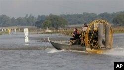 Des spécialistes du génie militaire américain travaillant à l'ouverture du déversoir de Bonnet Carret, à Norco, en Louisiane. Cet ouvrage achemine les eaux d'inondation vers le Lac Pontchartrain