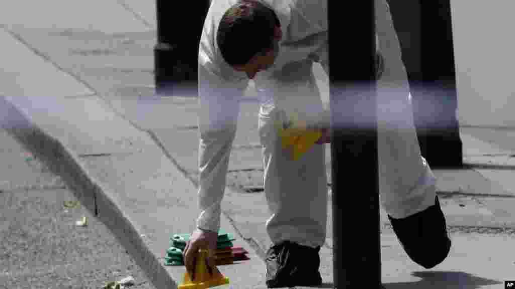 Un enquêteur place un marqueur sur le trottoir après une attaque sur le London Bridge, le 4 juin 2017.