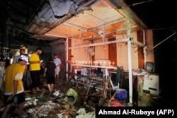 بغداد کے مشرقی علاقے صدر سٹی میں بم دھماکے میں ہلاک ہونے والوں کی یاد میں شمعیں روشن کی جا رہی ہیں۔ 20 جولائی 2021