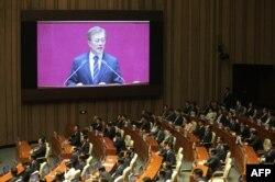 문재인 한국 대통령이 한국 국회에서 연설하고 있다.