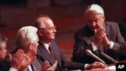 Boris Yeltsin, à direita, aplaudindo Mikhail Gorbachev, durante uma sessão parlamentar depois da tentativa de golpe de Estado, em Agosto de1991
