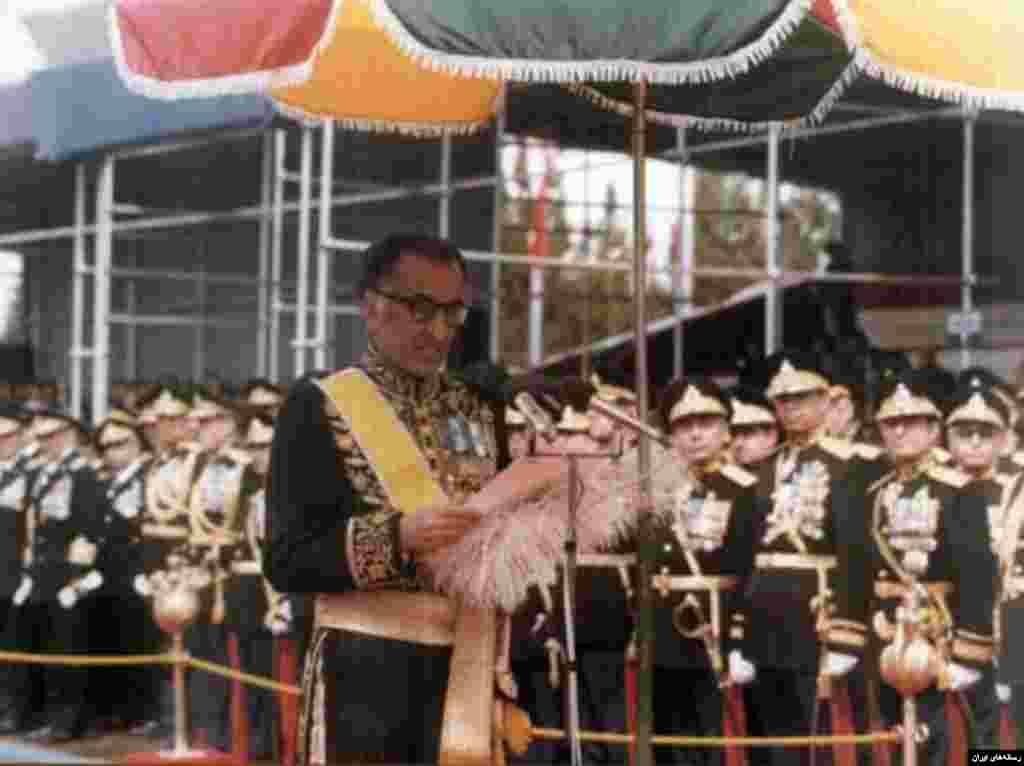 جمشید آموزگار، نخست وزیر پیشین ایران و از چهره های برجسته سیاسی پیش از انقلاب اسلامی در ۹۳ سالگی درگذشت. او در سال ۵۶ پس از برکناری هویدا از سوی شاه به عنوان نخست وزیر معرفی شد. در دوره نخست وزیر آموزگار اعتراضات شدت گرفت و او در تابستان سال ۵۷ نخست وزیری و دبیر کلی حزب رستاخیر استعفا داد.