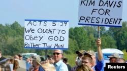 Para pendukung Kim Davis berdemonstrasi di Grayson, Kentucky (5/9). (Reuters/Chris Tilley)