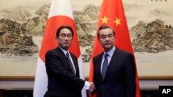 2016年4月30日中國外長王毅在北京釣魚台會見了日本外相岸田文雄(左)。
