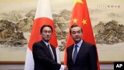 2016年4月30日中国外长王毅在北京钓鱼台会见了日本外相岸田文雄(左)。
