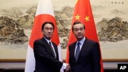 2016年4月3日中国外长王毅在北京钓鱼台会见了日本外相岸田文雄(左)。