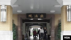 台湾立法院正门(美国之音申华拍摄) (The front gate of Taiwan Legislative Yuan)