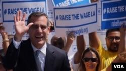 市长贾西提推出提高最低工资案的历史镜头(美国之音国符拍摄)
