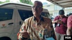 Anggota Kompolnas Yotje Mende memberikan keterangan di Jakarta, Senin 6/1 (foto: VOA/Fathiyah).