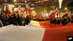 12月13日示威者攜帶長達60米的國旗在波蘭華沙遊行。集會上標示的戒嚴,抗議在波蘭共產主義30週年,同時也表示擔心失去歐盟的主權。