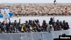 Nhóm di dân được đưa đến đảo Sicily hồi tháng 2 năm nay