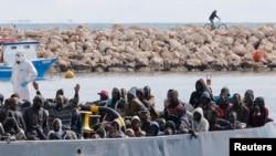 Après la mort de 300 migrants qui essayaient de traverser la méditéranée, d'autres migrants arrivent à Pozzallo, Italie, le 15 février 2015.