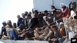 "Para migran menunggu untuk turun dari kapal Angkatan Laut Italia ""Chimera"" di pelabuhan Salerno, Italia (Foto: dok)."