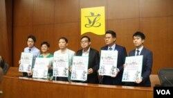 """香港民主黨立法會議員提出2019年施政建議,高度強調""""一國兩制""""(美國之音記者申華拍攝)"""