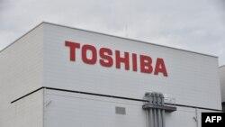 Logo Toshiba di pabrik cip memori di Yokkaichi, di Prefektur Mie, Jepang, 13 Oktober 2017.