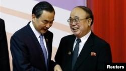 지난 2일 브루나이 국제컨벤션센터에서 열린 아세안지역안보포럼에서 북한 박의춘 외무상(오른쪽)이 왕이 중국 외교부장과 인사를 나누고 있다.