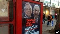 """Sebuah kotak telepon umum menampilkan iklan bergambar pemodal Hungaria-AS George Soros dan Presiden Komisi Uni Eropa Jean-Claude Juncker bertuliskan """"Anda berhak mengetahui apa yang sedang dipersiapkan Brussels!"""" di Vaci Avenue, Budapest, Hungaria, 19 Februari 2019. (Foto: dok)."""