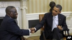 加纳总统米尔斯(左)和奥巴马总统3月8日在白宫