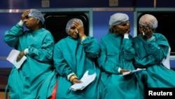 ایک موبائل اسپتال میں غریب دیہاتی آنکھوں کے آپریشن کے لیے اپنی باری کا انتظار کر رہے ہیں۔