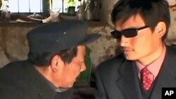 图为山东盲人维权人士陈光诚(右)资料图