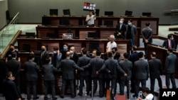 香港立法會在三讀《國歌法》辯論過程中泛民議員與保安發生對峙。(2020年6月4日)