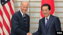 Wapres AS Joe Biden (kiri) disambut oleh PM Jepang Naoto Kan di rumah kediaman PM Jepang di Tokyo (23/8).