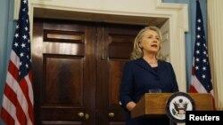 La secretaria de Estado de EE.UU., Hillary Clinton, ofreció una rueda de prensa expresando sus condolencias por el ataque en Libia.