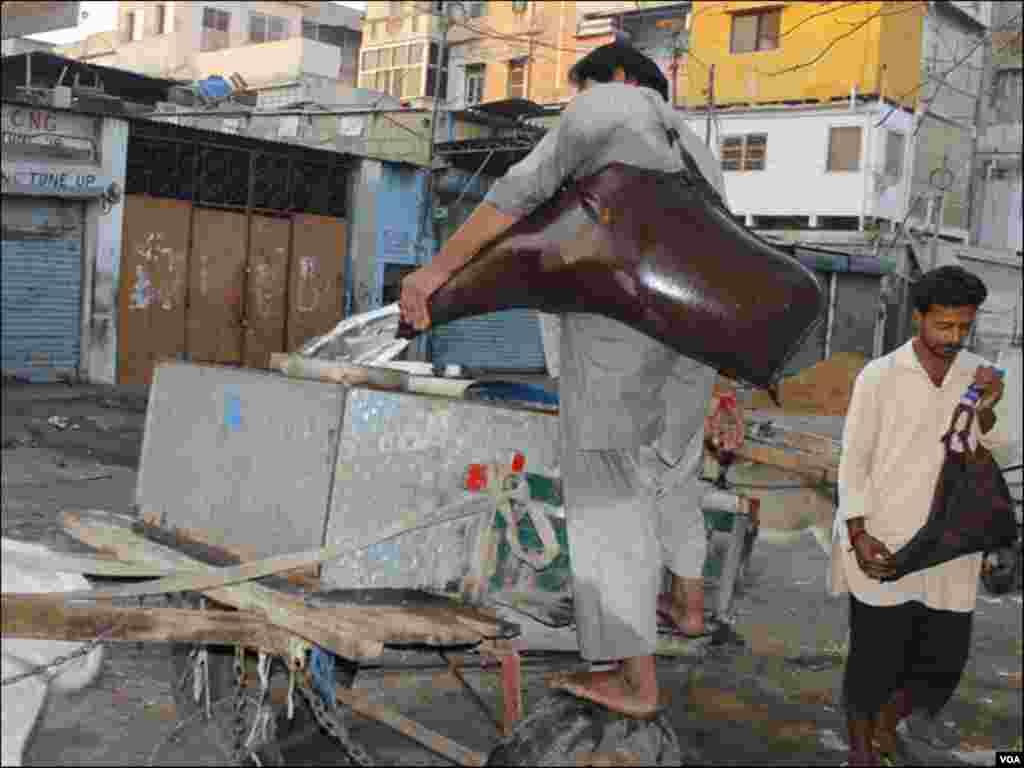 دن کے آغاز پر پانی بھرنےوالے افراد گلیوں اور محلوں میں لگے برموں سے پانی بھرنے جمع ہوجاتے ہیں
