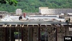 지난 2012년 러시아 블라디보스톡 건설 현장에서 북한 노동자들이 일하고 있다. (자료사진)
