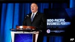 លោក Mike Pompeo រដ្ឋមន្ត្រីការបរទេសសហរដ្ឋអាមេរិក ថ្លែងទៅកាន់វេទិកាពាណិជ្ជកម្មឥណ្ឌូប៉ាស៊ីហ្វិក (Indo-Pacific Business Forum) នៅសភាពាណិជ្ជកម្មសហរដ្ឋអាមេរិកនៅថ្ងៃច័ន្ទ ទី៣០ ខែកក្កដា ឆ្នាំ២០១៨ ក្នុងរដ្ឋធានីវ៉ាស៊ីនតោន។ (រូបថត៖ AP / Jacquelyn ម៉ាទីន)