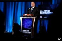 마이크 폼페오 미 국무장관이 30일 워싱턴 D.C.의 상공회의소에서 열린 인도-태평양 비지니스 포럼에서 연설하고 있다.