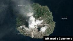 Gunung berapi Rokatenda (juga dikenal sebagai gunung Paluweh) saat meletus tanggal 12 Februari 2013 yang lalu (Foto: Satelit OE-1/wikipedia).