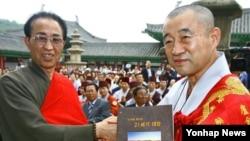 지난 2007년 황해남도 개성 영통사에서 열린 '영통사 복원 3주년 기념 및 성지순례 원만성취 기원 대법회'에서 남북 불교 대표들이 선물을 교환하고 있다. (자료사진)
