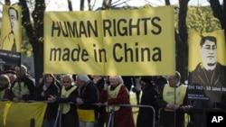 지난 해 4월 앰네스티 인터내셔널 회원들이 중국 인권 문제 개선을 요구하며 시위하고 있다. (자료사진)