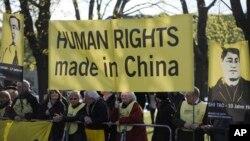 지난 2012년 국제인권단체 앰네스티 인터내셔널 회원들이 독일 하노버에서 중국 인권 문제 개선을 요구하며 시위하고 있다. (자료사진)