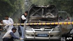 Nhân viên an ninh Ấn Ðộ xem xét hiện trường vụ nổ chiếc xe của đại sứ quán Israel tại New Delhi, ngày 13/2/2012