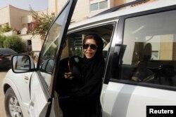 Seorang pengemudi asal Saudi, Azza Al Shmasani. (Foto: Reuters)