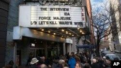 Người dân xếp hàng mua vé xem phim 'The Interview' tại rạp Cinema Village ở New York, 25/12/2014.