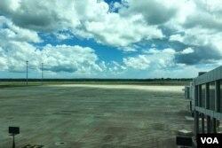 马特拉·拉贾帕克萨国际机场空荡荡的停机坪。(美国之音朱诺拍摄,2017年1月28日)