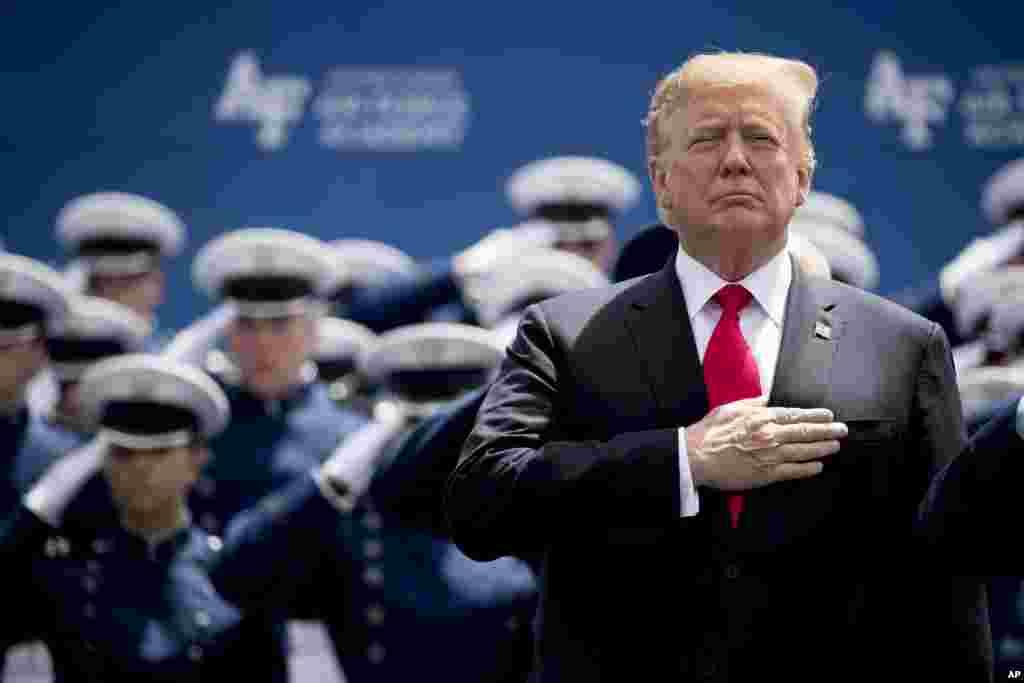 پرزیدنت دونالد ترامپ روز پنجشنبه در مراسم فارغ التحصیلی دانشجویان نیروی هوایی در کلرادو شرکت کرد.