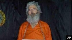 رابرت لوینسون در ماه مارس ۲۰۰۷ میلادی در جزیره کیش، در جنوب ایران ناپدید شد. اما خانواده او این تصویر را در سال ۲۰۱۱ دریافت کردند.