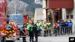 프랑스 알프스 산간 지역에서 추락한 독일 '저먼윙스' 여객기 희생자들의 임시 영안소 앞에 25일 구조대와 경찰이 대기하고 있다.