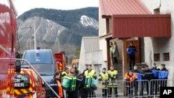 救援人员和法国军人星期二在德国之翼A320客机失事现场