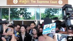 19일 태국 방콕의 대법원 앞에서 잉락 전 총리가 기자들의 질문에 답하고 있다.