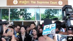 Mantan Perdana Menteri Thailand, Yingluck Shinawatra saat memberikan keterangan kepada media di depan gedung Mahkamah Agung di Bangkok, Thailand, 19 Mei 2015 (Foto: dok).
