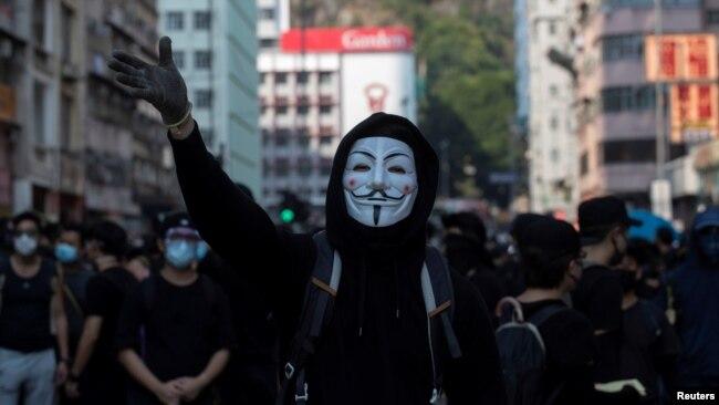 一名戴着盖伊·福克斯面具的反政府示威者于2019年10月1日举行的抗议活动中。(路透社资料照)
