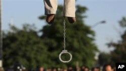 Kafar Mahdi Faraji, wani mutum da aka yankewa hukumcin ratayewa tana lilo da ankwa lokacin da aka rataye shi a birnin Qazvin, Iran, 26 ga Mayu, 2011.